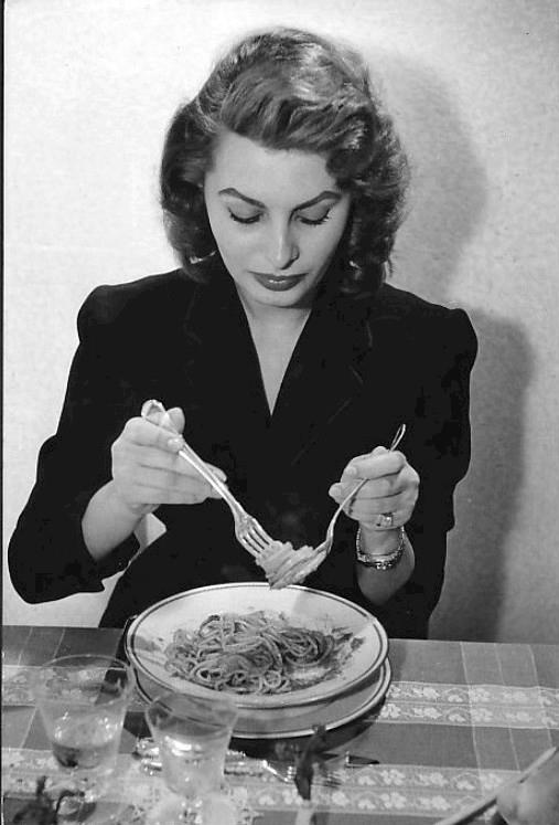 Sophia_Loren_eating_spaghetti_1955
